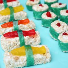 Sushi- rice crispy treats, sweetish fish and fruit roll up's! Now here's some sushi I can eat. Sushi For Kids, Kid Sushi, Sushi Party, Pizza Facil, Cute Food, Yummy Food, Candy Sushi, Dessert Sushi, Asian Party
