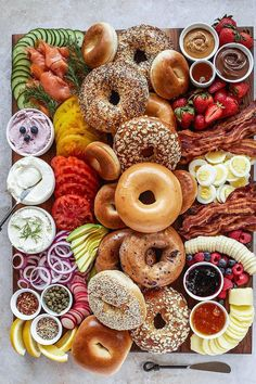 You'll have the brunch of a lifetime with these delicious bagel charcuterie boards that come with meats, cheeses, eggs, bacon, and more! Breakfast Platter, Breakfast Bagel, Breakfast Casserole, Snack Platter, Charcuterie Recipes, Charcuterie And Cheese Board, Cheese Boards, New Food Trends, Pumpkin Tarts