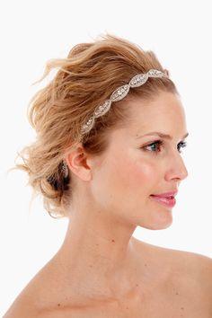 Headband bordada a m�o em cristais e mini mi�angas com 45cm de comprimento da faixa bordada e fechamento em fita de cetim.