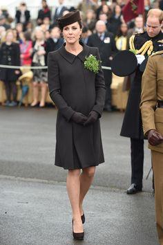 Kate Middleton memilih coat dress hitam racangan Catherine Walker dipadu topi dari Lock & Co. Eddie Mulholland/Getty Images/detikFoto.
