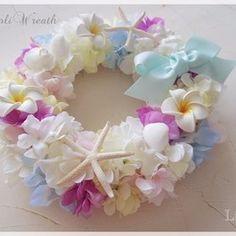 ◇ブルー&イエローベースのお花にシェル、ヒトデ、プルメリア♡海のアイテムをたっぷり使用したアーティフィシャルフラワーリースです♡◇「Moana」はハワイ語で太平洋の海を意味します♡◇リゾートウェディングでのウェルカムリースやお誕生日、ご出産、記念日等お祝いにもおすすめです♡◇直径約24cm ◇こちらは受注製作となります。 ほとんど同じ色、雰囲気で作成しますが、その時の仕入れ状況により、一部花材が変更する場合がございます。ご了承ください(uωu*)◇貝やヒトデは本物を使用していますので、形や色に多少ばらつきがございます。◇プレゼントラッピング無料で承ります。