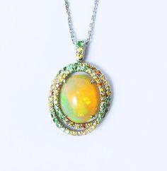 Pendentif opale et or blanc. Pavage dégradé de saphirs jaunes et orangé , tsavorites - ilithé