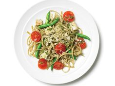 Confetti Pesto Pasta Combine 1 pint cherry tomatoes 1 cups cooked green beans 1 cups diced chicken breast cup pesto sauce and tsp each salt and pepper in a bowl Add 4 cups cooked linguine Garnish with cup shredded Parmesan 400 Calorie Meals, Low Calorie Recipes, Easy Healthy Dinners, Healthy Dinner Recipes, Easy Dinners, Healthy Suppers, Entree Recipes, Pasta Recipes, Diet Recipes