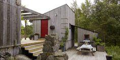 TILPASSET: Formen på hytta gir gode, skjermede uterom med spennende vinkler og nivåforskjeller. Naturtomta åpner for flere opparbeidede terrasser, omgitt av bergnabber, viltvoksende lyng, busker og trær. Terrassen ved utepeisen er kveldsterrassen. Når sola går ned, samles familien her.