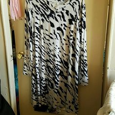 Kensie Pieces Long Sleeve Jersey Dress Size XL This dress is super soft and made of heavy tshirt jersey material so it is  light weight enough for Summer! It has a nice relaxed fit ans the brush stroke pattern goes with any accessories! I only wore this 3 times so it is in excellent condition. Kensie Dresses Midi