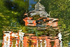Reflejo Caminando por el Parque del Retiro en Madrid una caseta se reflejaba en un pequeño lago.