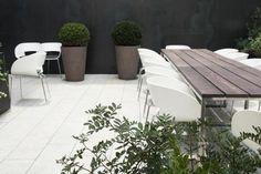 fabulous contemporary colour palette for the garden - Alma Hotel, Barcelona*nota C: stoelen