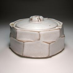 Tom Charbit | Facetted box | Stoneware, white glaze, electric firing at 1280°C, Balazuc, France, 2010, dxh: 15cm x 8,5cm, collection of the artist | www.tomcharbit.com