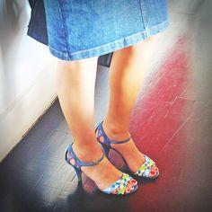 look do dia: blusa Kenzo saia jeans Carolina Herrera sandália vintage Francesca Giobbi bolsa Celine 2
