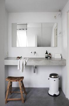 FUNKSJONELT: Elisabeth ville ha et bad med rene linjer, men det måtte være praktisk. Derfor har de laget skap i veggen, og det rommer masse. På skapdørene er det festet speil. Elisabeth har tegnet vasken og fått den støpt hos Oslo betonginteriør. Lampen Nude er fra Frama. Armaturen er fra Hansgrohe.