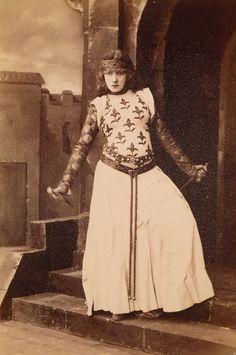 Sarah Bernhardt as Lady Macbeth. Picture by Felix Nadar, 1884, Bibliothèque nationale de France.