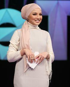 Turban Tutorial, Hijab Style Tutorial, Fashion Wear, Hijab Fashion, Scarf Styles, Hair Styles, Turban Hijab, Mode Hijab, Future Fashion
