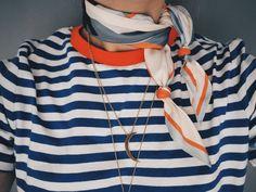 Jeans + randig (vilken som helst lösare) tröja + röd prickig scarf + vita Nike's