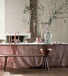 6 idées de dernière minute pour décorer votre table de Noël Decoration Buffet, Table Decorations, Xmas Colors, Interior Styling, Interior Design, Deco Addict, Pastel Decor, Easter Table, Backdrops For Parties