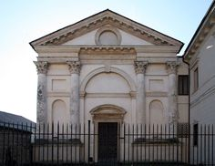 The Santa Maria Nova in Vicenza, Italy exemplifies classical architecture. The arch is perfectly rounded. The arch is also surrounded by roman columns. This building is very similar to the 5 euro note. Architecture Classique, Classic Architecture, Andrea Palladio, Roman Columns, Santa Maria, Big Ben, Barcelona Cathedral, Notre Dame, Nova