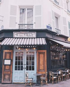 When you stumble upon the cutest brunch spots in Paris (and the food is good, too!)  #Paris #brunch #lemalabar #gmgtravels #france