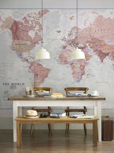 Grote wereldkaart op de muur in mooie kleurencombi.