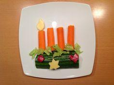 Adventsgesteck. Am 1. Advent gab es etwas Einfaches, aber passendes. Aus Salatgurke, Karotte, Paprika, Käse, Salat.