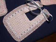 Imagen 5 Crochet Baby Bibs, Crochet Baby Sandals, Crochet Baby Clothes, Crochet For Kids, Baby Knitting, Thread Crochet, Crochet Yarn, Free Crochet, Baby Bibs Patterns
