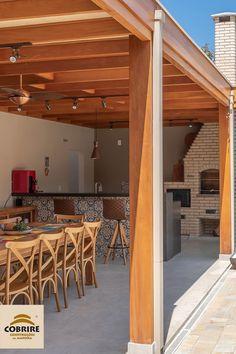 Para quem gosta de churrasco não tem tempo feio: qualquer estação é perfeita para juntar os amigos e assar uma carninha.  Mas tudo fica mais gostoso com um ambiente aconchegante e equipado para a churrasqueira. Quiosque ou pergolado, a escolha é sua. O prazer também. #pergolados #pergolas #forro #palhanatural #forrodepalha #cobrire Outdoor Kitchen Patio, Outdoor Living, Outdoor Decor, Built In Braai, Tropical Pool Landscaping, Home Goods Decor, Home Decor, Country House Design, Back Patio