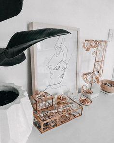 dainty jewelry box - Storage t . - dainty jewelry box – Storage tips Jewellery Storage, Jewelry Organization, Room Ideas Bedroom, Bedroom Decor, Bedroom Inspo, Entryway Decor, Dainty Jewelry, Jewelry Box, Jewellery Boxes
