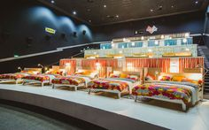 In Moskau hat IKEA kürzlich ein Kino Doppelbettenkino eröffnet. Der Möbelkonzern räumte einen kompletten Kinosaal leer und die Stühle wurden durch 17 Doppelbetten ersetzt. Das Bettenkino ist wohl für romantische Abende zu zweit gedacht… Dieses Konzept bieten das perfekte Filmvergnügen, besonders in diesen grossen Bett kann man es sich richtig gemütlich machen. Sie können sich(...)