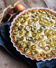 Kesäkurpitsapiirakka sinihomejuustotäytteellä | Maku Savory Pastry, Savoury Baking, Gourmet Desserts, Dessert Recipes, Plated Desserts, I Love Food, Good Food, Food Should Taste Good, Molecular Gastronomy