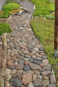 42 Amazing DIY Garden Path and Walkways Ideas a pretty walkway will transform your yard, will direct the garden odyssey, lead to important areas from your garden and make it easier to organize and control. Rustic Gardens, Unique Gardens, Beautiful Gardens, Garden Paving, Garden Paths, Garden Flags, Path Design, Garden Design, Design Ideas