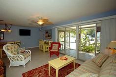 316A Hardin Ave. is a soothing and tropical villa-style duplex with (2) bedrooms, and (1) bath.