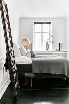 Baddräktsdesignern Hanne Bloch bor och arbetar i en nära 200 år gammal lägenhet i centrala Köpenhamn. Här blandas arvegods hemifrån gården i Jelling med auktionsfynd och egen design.