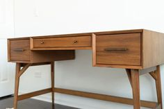 Review of the West Elm Mid Century Modern Desk in Acorn, pros and cons and is it worth it West Elm Desk, West Elm Mid Century, Mid Century Modern Desk, Black And White Theme, Buy Furniture Online, Home Desk, Home Office Design, Furniture Inspiration, Midcentury Modern