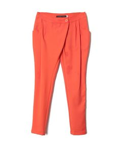 Los pantelones son anaranjados.