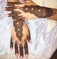 Get Karwa Chauth Mehndi Designs. Get Step by Step Henna (Mehandi Designs) for Karva Chauth that are Specially Designed to Impress Husband. Simple Arabic Mehndi Designs, Bridal Henna Designs, Mehndi Design Pictures, Beautiful Mehndi Design, Latest Mehndi Designs, Bridal Mehndi, Designs Mehndi, Mehndi Designs Front Hand, Round Mehndi Design