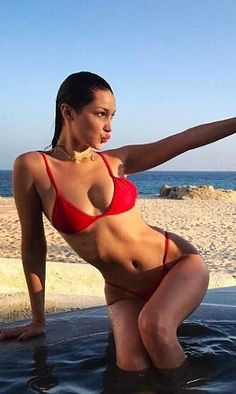 We all want to look like Bella Hadid manages to look in a spontaneous vacation picture but it's not exactly easy. Here are some serious photo life-hacks you NEED to know before  your next instagram