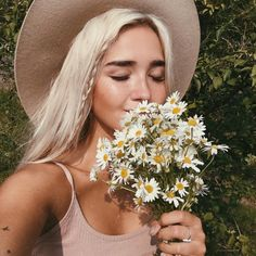 Super Flowers In Hair Photography Pictures Ideas Beautiful People, Pretty People, How To Pose, Portraits, Hair Beauty, Beauty Makeup, Makeup Style, Boho, Hair Styles