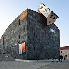 House Attack, Áustria - O Museu Moderner Kunst de Viena tem uma extensa coleção de arte. Ficou conhecido por uma casa de ponta-cabeça no teto, a chamada House Attack. A construção é do artista Erwin Wurm.