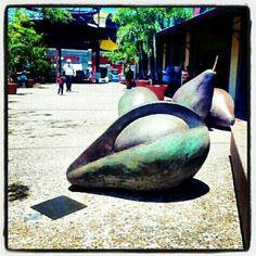 """Aguacates"" Escultura en la Plaza del Mercado de Santurce"