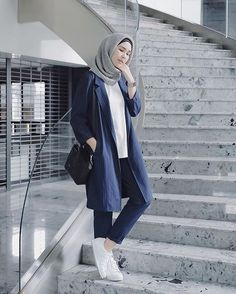 Stair pose ✌️ fotonya sebelum diusir satpam Stair pose ✌️ the picture is hurry before being sent away by the security guard Street Hijab Fashion, Muslim Fashion, Fashion Pants, Fashion Outfits, Blazer Outfits Casual, Casual Hijab Outfit, Chic Outfits, Monochrome Fashion, Trendy Fashion