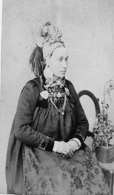 DigitaltMuseum - Portrett Comanche Indians, Folk Costume, Costumes, Arctic Circle, Bridal Crown, Lofoten, Antique Photos, Traditional Dresses, Norway