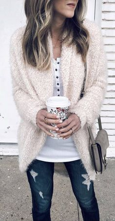 White henley, cocoon sweater, warm and nice. what to wear with ripped jeans / bag + cardigan + white basic top Estilo Fashion, Fashion Mode, I Love Fashion, Fashion Week, Womens Fashion, Fashion Trends, Winter Jeans, Mode Outfits, Fashion Outfits