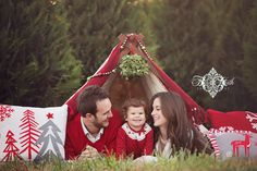 Christmas Tent Family Portrait Ideas for Christmas cards Christmas Photo Props, Christmas Backdrops, Christmas Portraits, Family Christmas Cards, Family Christmas Pictures, Christmas Minis, Outdoor Christmas, Merry Christmas, Family Holiday