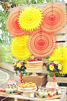 Papierblumen in gelb und orange als Kulisse