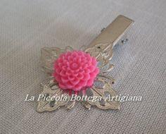 Pinzetta per capelli in metallo argentato con filigrana a fiore a quattro petali con dalia in resina rosa