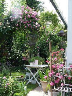 garten romantischer Heavens ros Co - gartenwell Garden Cottage, Rose Cottage, Small Gardens, Outdoor Gardens, Dream Garden, Pink Garden, Garden Styles, Garden Inspiration, Backyard Landscaping