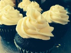 Dark Chocolate Breakfast Stout Cupcakes With a Vanilla Bourbon Frosting - Shelly Bakes Cupcakes Just Desserts, Dessert Recipes, Cupcake Recipes, Breakfast Stout, Yummy Treats, Sweet Treats, Cooking With Beer, Vanilla Frosting, Beer Recipes