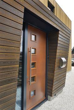 De voordeur bevindt zich in de zijgevel Modern Entrance Door, Entrance Doors, Garage Doors, Build My Own House, Cladding, Villa, Exterior, Building, Outdoor Decor