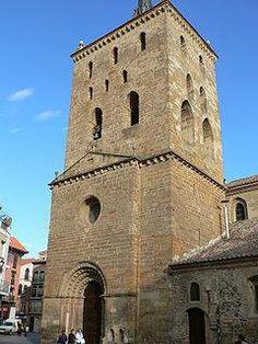 IGLESIA DE SANTA MARIA DEL AZOGUE EN BENAVENTE (ZAMORA) La Iglesia de Santa María del Azogue o la Mayor se encuentra situada en el centro de la ciudad de Benavente, considerada como uno de sus principales monumentos artísticos. Su construcción se inició hacia el 1180, época en que esta ciudad fue repoblada por Fernando II de León y considerada como contemporánea de la Iglesia de San Juan del Merc