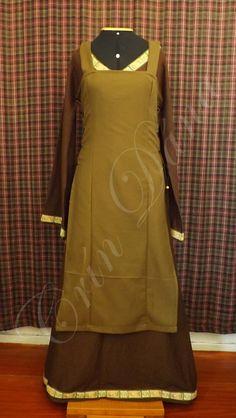 Vestido Nórdico em linho marrom com fita bordada e arpon de flanela verde.