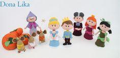 Kit Personagens da Cinderela em feltro. <br>Estes personagens ficarão lindos para a decoração de festas, mesas e quarto. <br>Acompanham suporte para ficar em pé, exceto as abóboras. <br> <br>Este Kit contém: <br> <br>1 Cinderela (30cm) <br>1 Príncipe Encantado (32cm) <br>1 Fada Madrinha (30cm) <br>1 Madrasta Lady Tremaine ( 30cm) <br>1 Drizela - irmã ( 30cm) <br>1 Anastácia - irmã (30cm) <br>1 Trio de Ratinhos (20 cm). <br>1 Trio de Abóboras ( 20 cm de diâmetro)