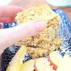 GRANOLA BARS  Huhu auf dem Blog gibts das Rezept zu diesen fruchtigen Müsliriegeln mit gaaaanz viel Apfel und Kokos... .  Nix wie hin mit euch #linkinbio .  #dailydreamery #granolabar #müsliriegel #Apfel #kokos #nosugaradded #cleaneating #healthyfood #gesundersnack #Frühstück gesundessen #gesundnaschen #rezept #blogger_de #blogged #foodlover #foodblog #leipzig #leipzigblogger #Stoffhandwerk Krispie Treats, Rice Krispies, Breakfast, Desserts, Blog, Inspiration, Instagram, Healthy Snack Foods, Clean Foods